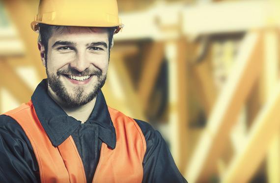 Funcionário Pisoleve observando projeto de instalação de piso drenante de borracha. Faça parte do nosso time, envie seu currículo para a fábrica de pisos de pneu Pisoleve