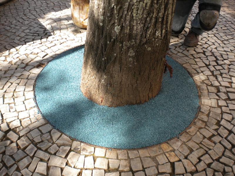 Piso drenante de borracha para jardim, decorado com flores, foto do piso ornando com uma árvore e pedras, piso na cor azul