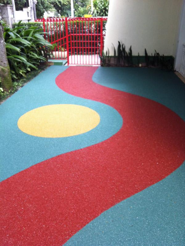 piso de borracha em playground colorido