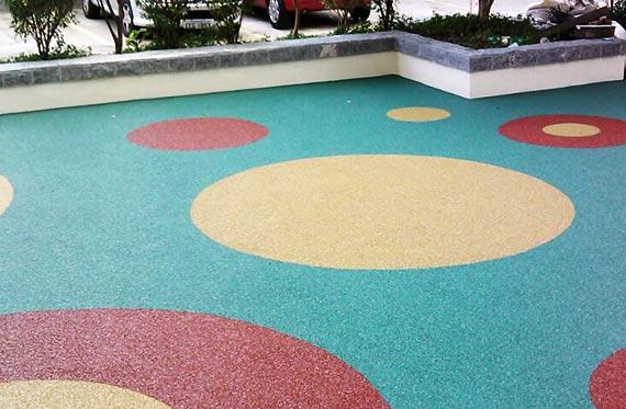 Priso drenante, quintal que foi revestido com piso de borracha, com formas geométricas e lindos circulos. Cores verde, amarelo, vermelho e azul. Pisoleve é uma ótima opção para quintal
