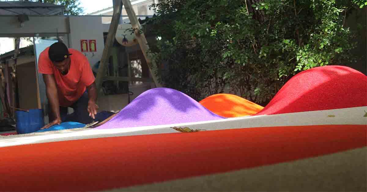 Equipe da Pisoleve aplicando o piso emborrachado para playground