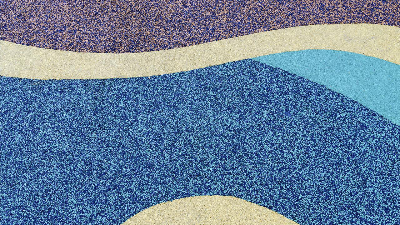 detalhe de um piso de borracha para playground colorido feito com granulos de borracha de pneu reciclado e EPDM