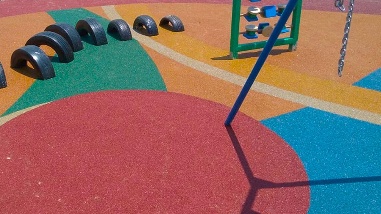 piso de borracha infantil para parquinhos colorido e aplicado diretamente no solo e moldado em volta dos brinquedos sem recortes ou rebarbas