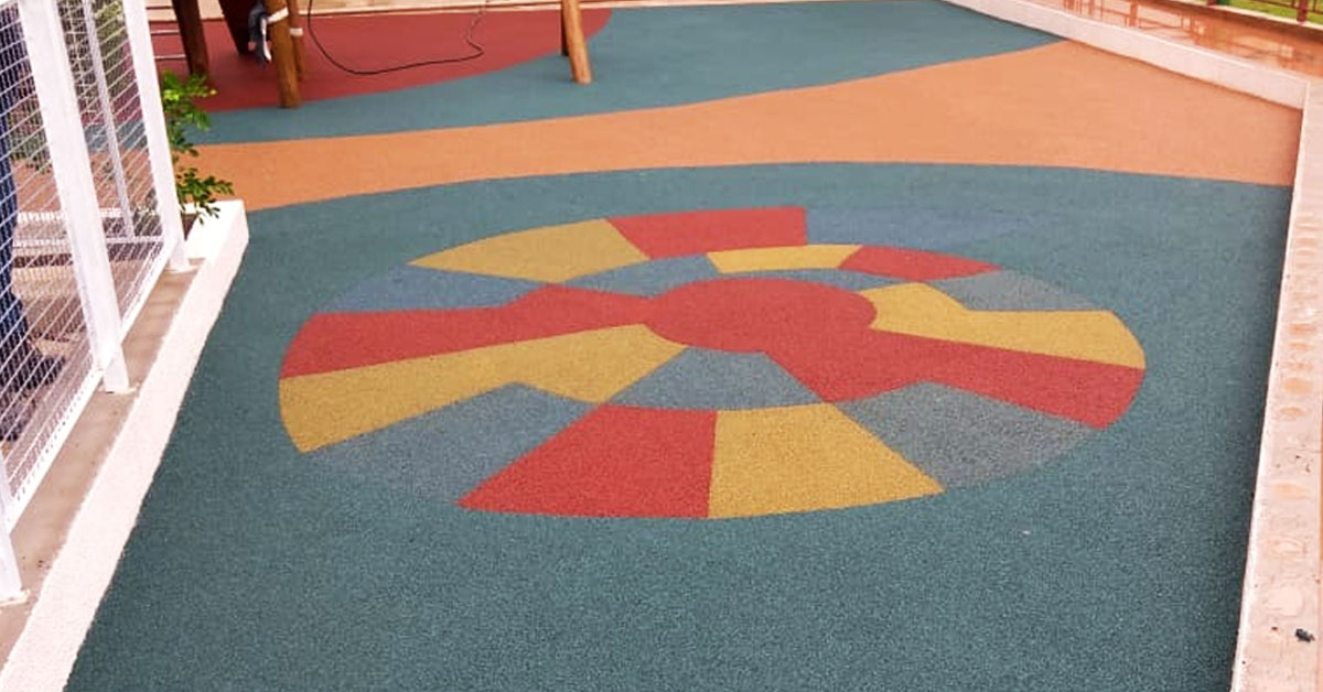 piso emborrachado para parquinhos com brincadeiras no chão