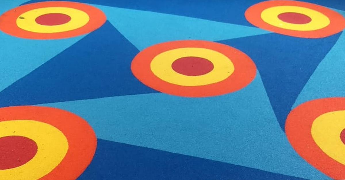 piso emborrachado de pneu reciclado colorido e lúdico