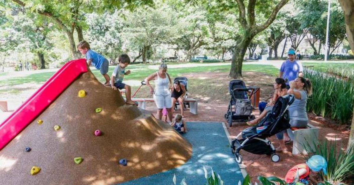 piso emborrachado infantil com escaladas e escorregador para playgrounds e parques