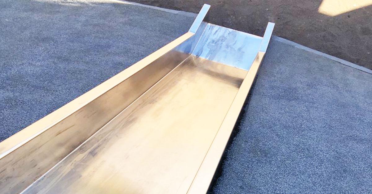 escorregador revestido por piso de borracha granulada macia