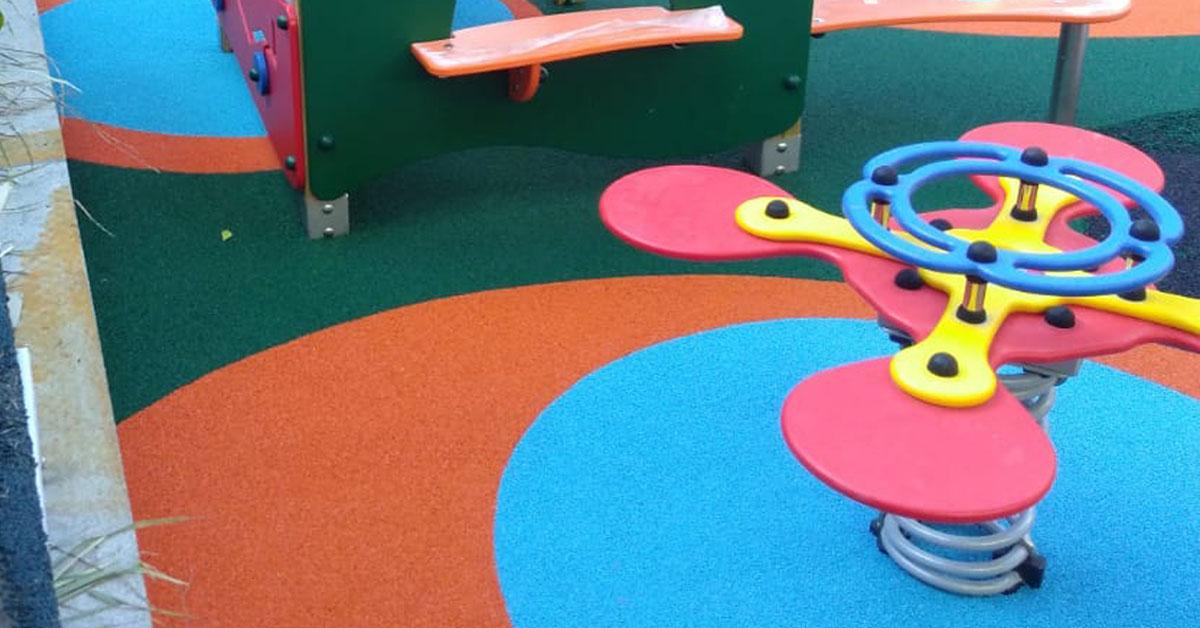 piso para parquinho instalado em volta dos brinquedos