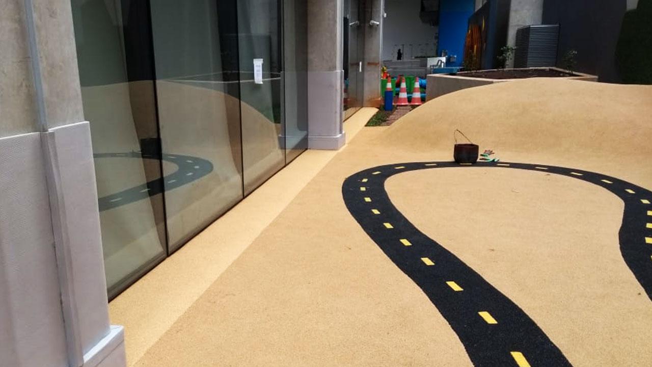 instalação de piso de borracha para playground inacabada