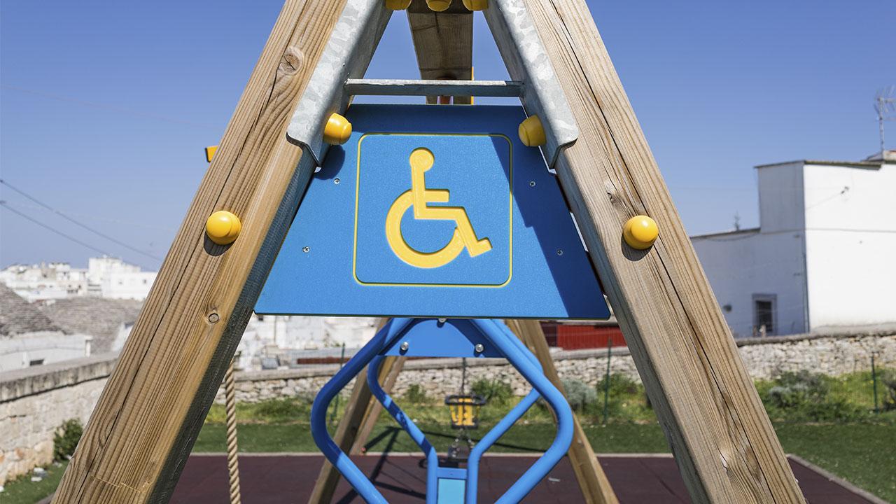 playground acessível para cadeira de rodas com piso de borracha de pneu reciclada e seguro para playground