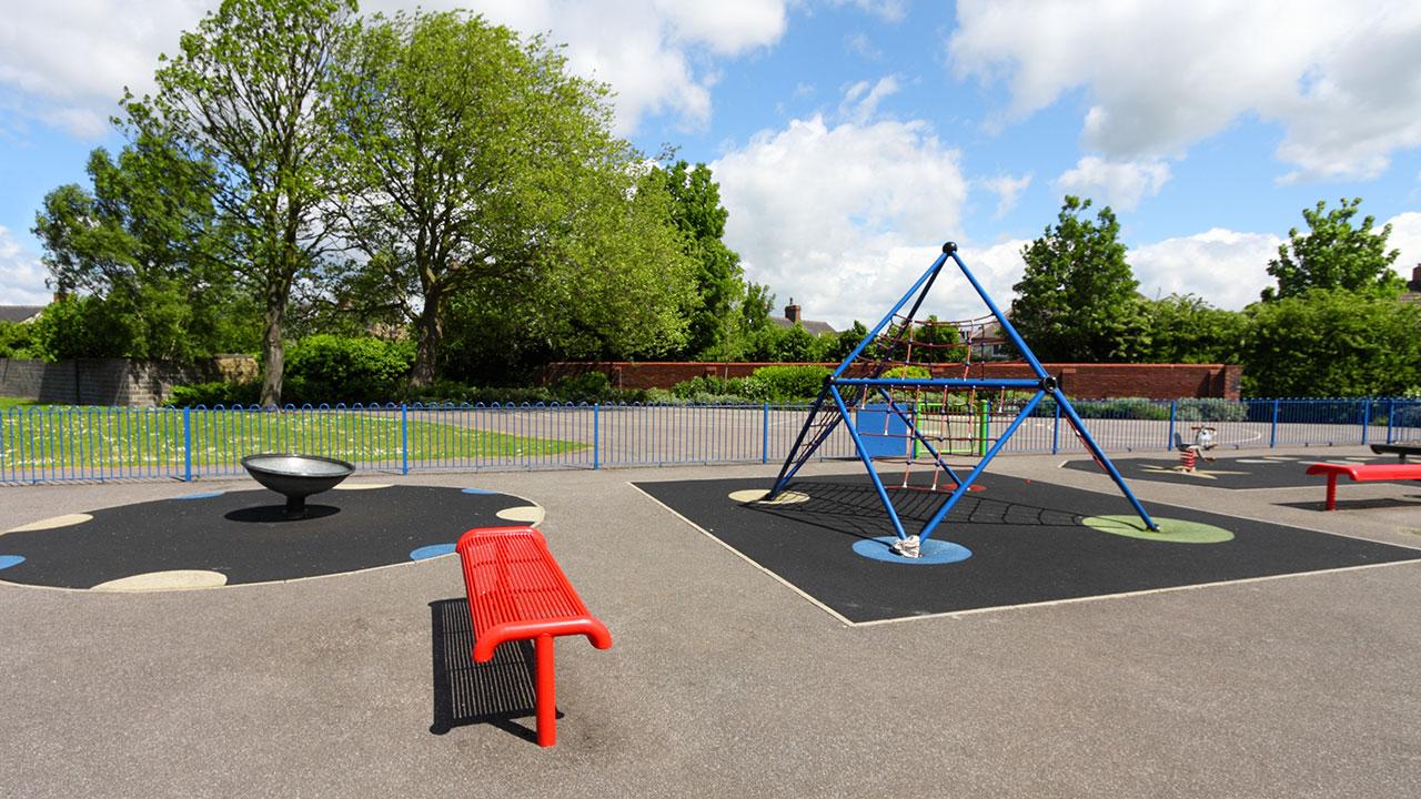 playground feito com piso de borracha ecológica e com instalação de diversos brinquedos