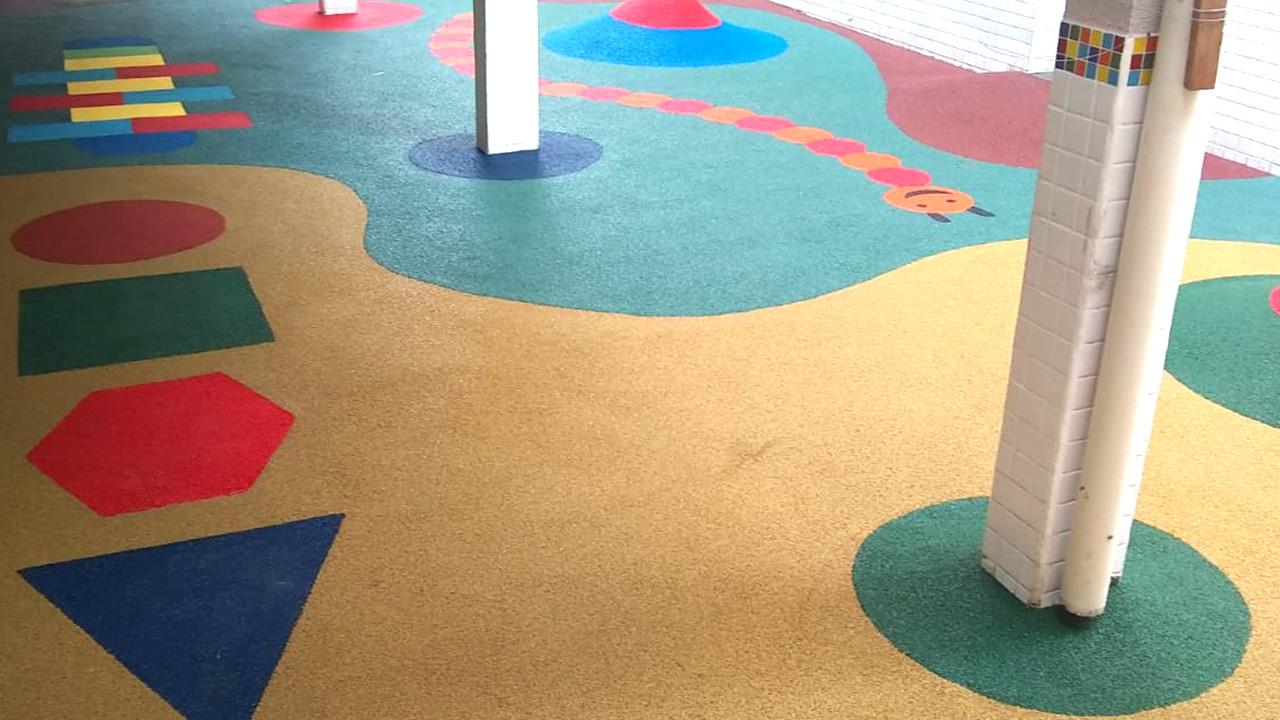 piso de borracha infantil colorido e cheio de desenhos para área externa de escola, condomínio, quintal ou parques