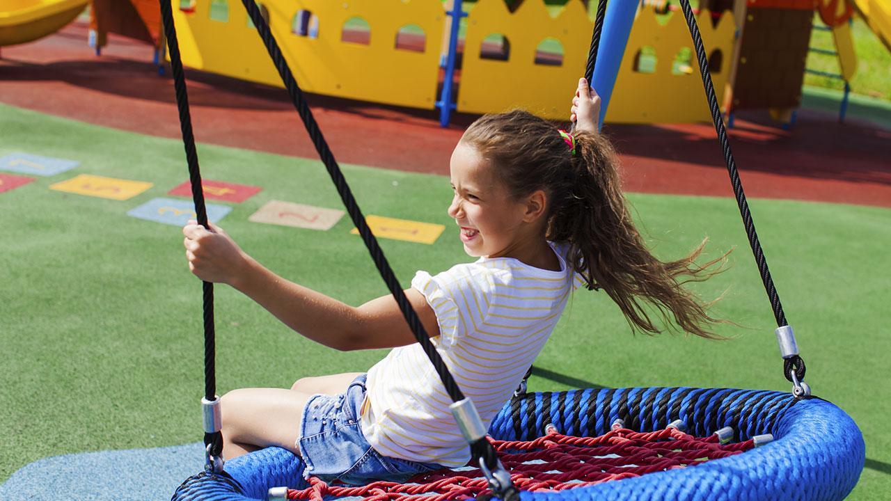 criança brincando em playground com o melhor investimento de piso de borracha que existe no mercado nacional